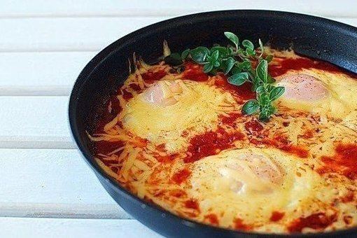 Смотреть Яйца в томатном соусе с кари – оригинальный рецепт для пасхального стола видео