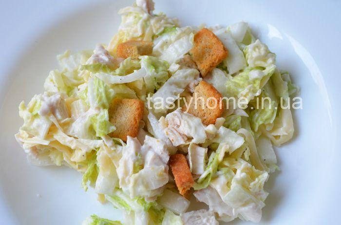 Салат с пекинской капустой курицей и сухарями